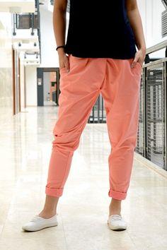 Spodnie w modnym fasonie z lekko obniżonym krokiem. Z przodu posiadają ozdobny suwak. Wykonane z najlepszych materiałów zapewniających doskonały komfort noszenia.Modny design niepowtarzalny wygląd. Idealne do licznych stylizacji na każdą okazję. Oryginalnie zapakowane z kompletem metek.