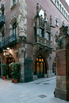Quatre Gats Inn, meeting point for artists, intellectuals and bohemians in Picasso's Barcelona Author: Josep M. Llobet. #Catalonia