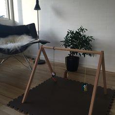 Aktivitetsstativ til baby. Lyst træ. Her med hæklede ugler som vedhæng.http://littleroom.dk/produkt/aktivitetsstativ-trae/
