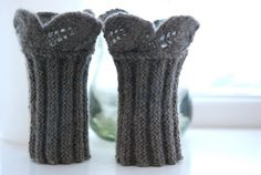 TantKofta: Julklappstips: Pulsvärmare med blad i kanten Knitting Socks, Free Knitting, Knitting Patterns, Crochet Patterns, Knitting Ideas, Wrist Warmers, Hand Warmers, Boot Cuffs, Crochet Accessories