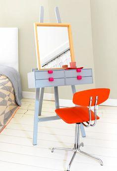 Deze make-up tafel van een schildersezel is geweldig. Of de hoek waarin de spiegel staat erg handig is valt nog te betwisten maar het staat in ieder geval erg leuk ;) #Dutch #DIY