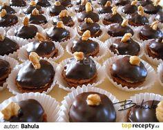 Vypracujeme hladké těsto a necháme v chladničce odležet. Plníme malé formičky na košíčky, formičky nevymazáváme. Do upečených vychladlých... Christmas Sweets, Christmas Baking, Baking Recipes, Dessert Recipes, Ice Cream Candy, Czech Recipes, Mini Cupcakes, No Bake Cake, Cake Cookies