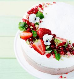 Näin kakun koristelu sujuu kuin ammattilaiselta | Soppa365 Kreative Snacks, Banana Coffee Cakes, Yummy Treats, Sweet Treats, Lime Cake, Berry Cake, Food Decoration, Pretty Cakes, Creative Cakes