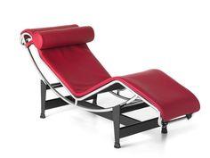 È la chaise longue per eccellenza. Disegnata nel 1929 da Le Corbusier con Pierre Jeanneret e Charlotte Perriand, LC4 - qui in una insolita versione rossa - fa parte della storia del design e della col