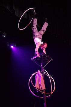 Pole balancing | Solo | Chinese pole | Circus | Performers | Entertainment Agency | Corporate Entertainment | Agence de Spectacle
