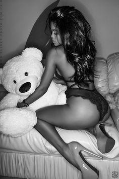 Jeune salope baise avec un ours en peluche vivant - LuxureTV