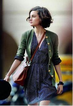 シャツやワンピース×カーディガン。それぞれのアイテムの選び方で、フランス映画っぽいこなれた雰囲気が真似できそうです。