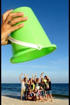 Funny beach pictures, funny beach photos ve family beach pictures. Creative Photos, Cool Photos, Funny Beach Pictures, Funny Group Pictures, Funny Family Photos, Beach Pics, Fotos Strand, Beach Humor, Photos Originales