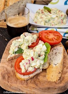 salata-de-oua-cu-avocado-A Avocado Hummus, Guacamole, Caprese Salad, Cobb Salad, Helathy Food, Salmon And Broccoli, Romanian Food, Bruschetta, Salads