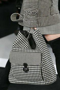 Ralph Lauren Printemps/été 2018 New York Womenswear Handbags On Sale, Luxury Handbags, Fashion Handbags, Fashion Bags, Womens Fashion, Fashion Mode, Fashion Jewelry, Ralph Lauren, Fabric Bags