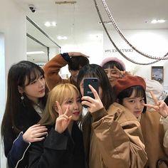 ulzzang group 얼짱 girls boys cute kawaii adorable korean pretty beautiful hot fit japanese asian soft aesthetic g e o r g i a n a : 人 Mode Ulzzang, Korean Ulzzang, Friends Korean, Cute Korean, Korean Girl, Ulzzang Girl Fashion, Friends Group Photo, Besties, Girl Friendship