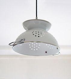 Esta lámpara es muy simpática a forma de escurridor de color blanco y de acero para la cocina