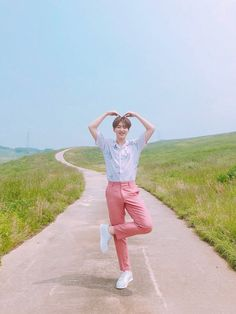 Uploaded by Ichikawa tsubaki. Find images and videos about fashion, cute and kpop on We Heart It - the app to get lost in what you love. Wonwoo, Jeonghan, Seungkwan, Seventeen Memes, Hoshi Seventeen, Seventeen Debut, Taeyong, Jaehyun, Kpop