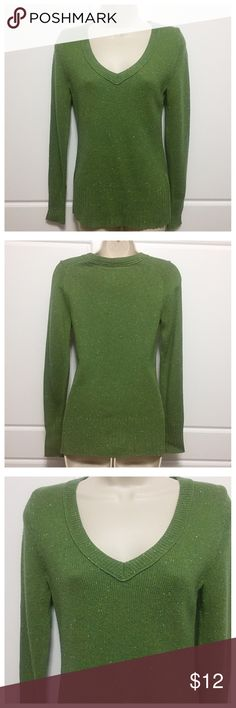 Old Navy V Neck Green Tweed Wool Blend Sweater Earthy shade of green with flecks of other shades of green, blue, and white. Fabric is 64% acrylic/30% lambs' wool/6% cotton. Machine wash and dry. Old Navy Sweaters V-Necks