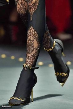 Official Versace Online Shop: an exclusive selection of Women's and Men's Ready to Wear, Shoes, Accessories and the iconic world of Versace Home. Look Fashion, Fashion Details, Fashion Shoes, Fashion Outfits, Womens Fashion, Fashion Design, Fashion Trends, Latex Fashion, High Fashion