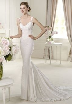 Universo from the Fashion by Pronovias 2013 collection has a marvelous V-neck. This wedding dress in soft chiffon owes its delicate appearance to its narrow straps decorated with guipure lace. The skirt has original lineal embellishments that flow down, lengthening the brides silhouette.