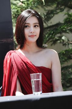 Chinese famous actress - Fan Bing Bing    Looking demure and elegant!