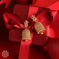 Trendy Temple Jhumkas From Manubhai Jewellers ~ South India Jewels Gold Jhumka Earrings, Jewelry Design Earrings, Gold Earrings Designs, Gold Jewellery Design, Antique Earrings, Bridal Jewellery, Ear Jewelry, Jewellery Box, Jewelry Sets