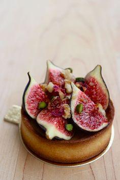 Tarte figues ou prunes rouges sur lit de frangipane aux noisettes - Figs or Red Plum Tart with Hazelnut Frangipane