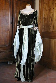 abito in velluto con ricami applicati