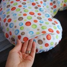 Free Nursing Pillow Pattern and Breastfeeding Pillow Slipcover Tutorial Boppy Pillow Cover, Pillow Slip Covers, Nursing Pillow Cover, Nursing Cover Pattern, Nursing Covers, Baby Sewing Projects, Sewing For Kids, Sewing Tutorials, Sewing Crafts