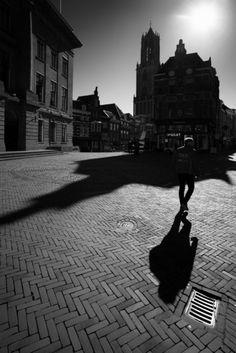 Nieuw in mijn Werk aan de Muur shop: Tegenlicht in Utrecht: De Dom in het tegenlicht van de Lentezon (monochroom)