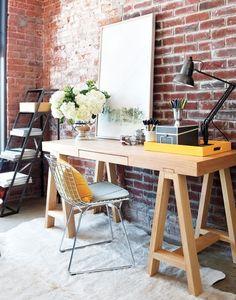"""Já comentei num post bem antigo da """"Decoração de quinta"""" (lembram dessa tag?), que a mesa do meu escritório é de cavalete! Na época queria uma mesa rápida (sem precisar mandar fazer num marceneiro) e essa foi a melhor ideia. Comprei o tampo de mdf da Leroy Merlin (eles cortam na hora), pintei com uma […]"""
