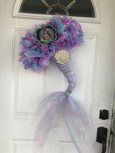 Little Mermaid wreath Wreath Crafts, Diy Wreath, Wreath Ideas, Mermaid Diy, Dollar Tree Crafts, Wreath Tutorial, Deco Mesh Wreaths, Summer Wreath, Holiday Wreaths