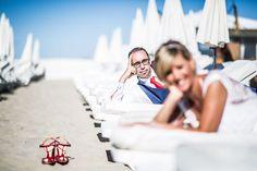 #photo de #mariage #mariée à #montpellier sur la #plage avec chaussure #vuitton #wedding #photographe #bride #sea #beach
