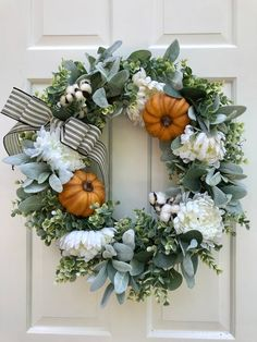 Wonderful Free Fall Wreath pumpkin Thoughts The autumn year delivers by using it comfy solid hues, feathery foliage and plenty of crop many frui Farmhouse Fall Wreath, Farmhouse Decor, Farmhouse Front, Farmhouse Style, Autumn Wreaths, Wreath Fall, Tulle Wreath, Burlap Wreaths, Spring Wreaths