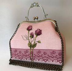 Cet article n'est pas disponible - romantic rose Handmade Handbags, Vintage Handbags, Bronze, My Bags, Purses And Bags, Frame Purse, Embroidery Bags, Plastic Canvas Patterns, Unique Necklaces