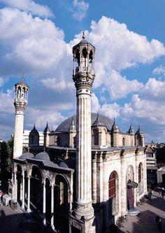 AZİZİYE CAMİİ Konya çarşının ortasındadır. Muntazam kesme Gödene Taşı ile yapılan mabed son Osmanlı mimarisinin çok muvaffak bir eseridir. Yerindeki 1671-1676 yılları arasında Şeyh Ahmed eliyle yaptırılan camii yandığı için (1867) Sultan Abdülazizi'in annesi Pertenihal adına yeniden bugünkü Camii yaptırılmış ve bu adla anılmıştır. (1874) (Konya, Türkiye)