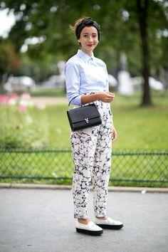 Confortável e chique ao mesmo tempo: calças brancas com estampa preta, camisa azul celeste e turbante preto. Somos a favor da 'roupa' confortável.  http://www.elle.es/moda/streetstyle/news/g625450/estilo-en-las-calles-de-paris/?slide=38