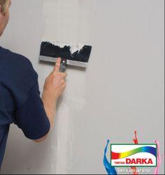 Tratar as rachaduras da parede é fundamental para a preparação do local antes da pintura.