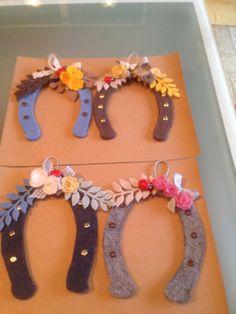 Porta fortuna, ferri di cavallo in feltro decorati con fiorellino e rametti.
