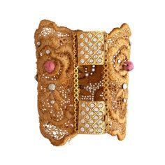 Brazalete de encaje teñido en oro viejo con piedra natural de resin teñida en roxa palo y broches chapados en oro de 24k con brillantitos de imitación