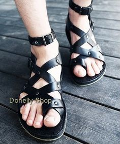 gladiator sandals - men These are kinky as hell, wow. Strap Sandals, Flip Flop Sandals, Gladiator Sandals, Shoes Sandals, Male Sandals, Male Fashion Trends, Mens Fashion, Leather Sneakers, Leather Sandals