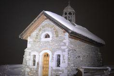 La chapelle Sainte Anne Les Rhodos ou le chalet dans les nuages ☁️  #winter #chalet #snow #mountain #neige #style #ski #coldesaravis #laclusaz #hautesavoie #white #blanc #montagne