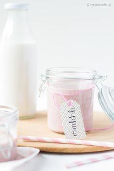 Erdbeer-Smoothie mit Himbeeren und Mandelmilch Geht schnell, schmeckt gut und ist gesund. Und alles was man dafür braucht, sind 4 Zutaten. Erdbeeren, Himbeeren, Banane und Mandelmilch. Also ab in den Mixer und dann losschlürfen!