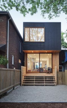 Fachada de casas pequenas e modernas em madeira