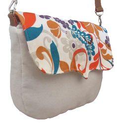 Bandolera de tela color arena y flores naranjas estampadas, combinada con cuero ecológico.