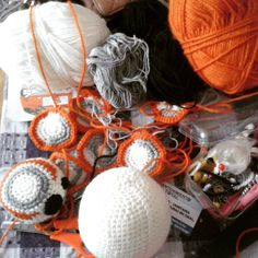 Just.. KEEP WORKING!!! I'm so tired but after a while when I just couldn't crochet (my mind didn't want to help) finally my inspiration came back so I MUST keep working! :D  #wip #bb8 #bb8droid #starwarstheforceawakens #starwars #starwarsfan #amigurumis #amigurumi #laguerradelasgalaxias #crochetlove by rozenroo