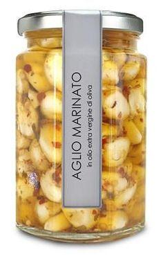 La conserva di aglio marinato è ottima per la salute, perfetta da  preparare per far mangiare l\'aglio anche ai più refrattari. Un sott\'aceto ricco di spezie, da preparare almeno un mese prima di consumare.