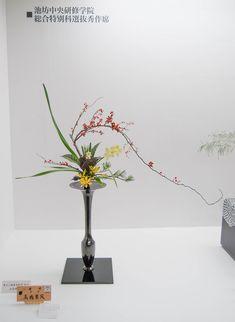 Love this, Ikebana arrangement Special Flowers, All Flowers, Exotic Flowers, Purple Flowers, Candle Arrangements, Ikebana Arrangements, Modern Flower Arrangements, Bonsai, Japanese Flowers