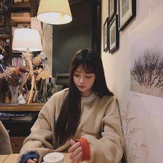 A imagem pode conter: 1 pessoa, sentado, mesa e área interna Kpop Hair, Ulzzang Korean Girl, Jung Yoon, Boy Photos, Ulzzang Fashion, Asia Girl, Korea Fashion, Aesthetic Girl, Beautiful Asian Girls