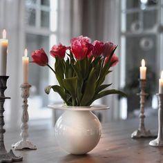 Ingen ting er vakrere enn friske blomster i vasen BOBLEN Her er BOBLEN i hvit designet av @finnschjoll Foto: @pernillaporten www.magnor.no #magnorglassverk #magnor #boblen #boblenshackmatt #vase #blomster #tulip #tulipaner #finnschjøll #interiør #inredning #tilbords #gavehusno1 #bohus #designforevig #interflora