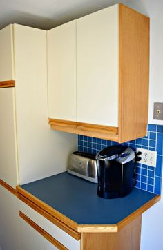 Don't put up with these ugly kitchen cabinets any longer! These painting tips will make them look like new!   paint kitchen cabinets   paint 80s kitchen cabinets   paint melamine cabinets   80s kitchen update   paint oak cabinets #kitchenmakeover #kitchencabinets