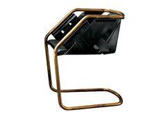 Cadeira Strip, de metal curvado e couro duplo cortado a laser, design Massimo Castagna para Henge, na Orbi Brasil, preço sob consulta (Foto: divulgação)