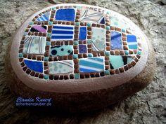 Mosaic Stones, Mosaic Rocks, Garden Mosaics, I Feel Pretty, Garden Stones, Art Projects, Glass, How To Make, Stone Mosaic