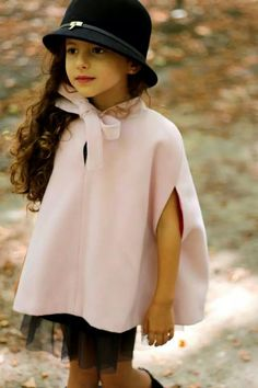 An outfit fit for a princess I really love her cape. Little Girl Fashion, Little Girl Dresses, Toddler Fashion, Kids Fashion, Girls Dresses, Frack, Little Fashionista, Young Fashion, Baby Kind